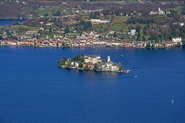 Isola di San Giulio vista dalla Madonna del Sasso