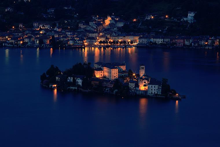 Isola di San Giulio in notturna