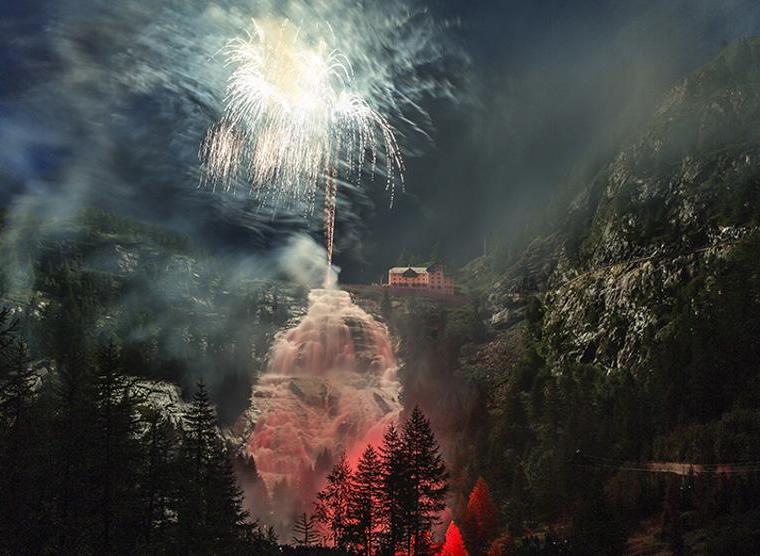 Cascata del Toce illuminata dai fuochi d'artificio