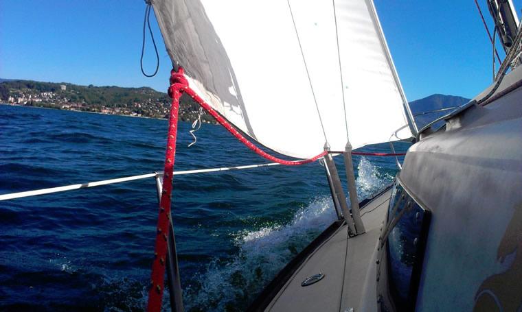 Barca a vela sul Lago Maggiore