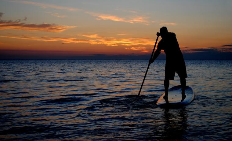 Sul lago Maggiore, pagaiando in piedi. Lo sport invernale dell'anno