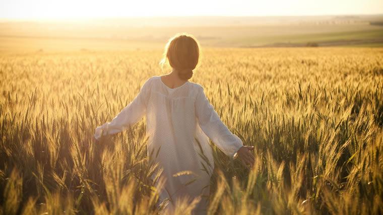 Ragazza nel campo di grano